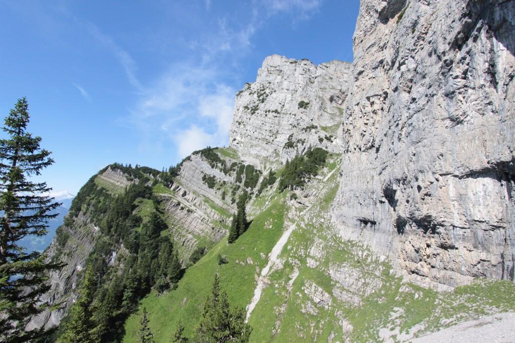 Richtig, wir werden auf dem kleinen Wägli gerade unter der Felswand durchlaufen