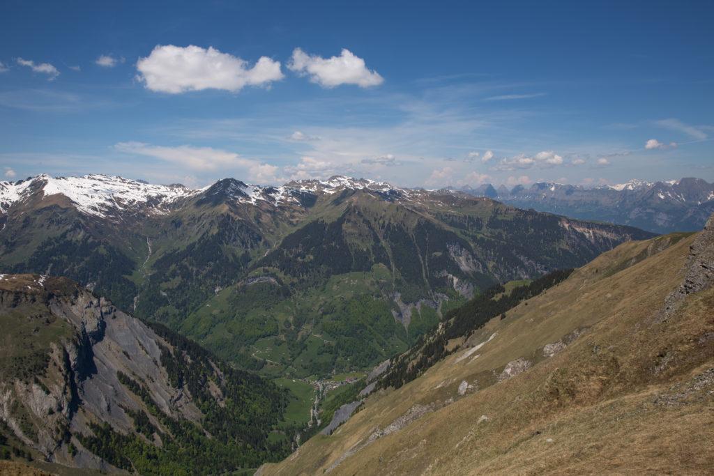 Weit unten liegt Weisstannen, am rechten Bildrand die Churfirsten